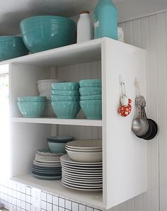 Quick and easy kitchen organizing ideas. When my kitchen is clean and organized, I'm a happy woman. Kitchen Cabinet Organization, Kitchen Storage, Home Organization, Storage Spaces, Kitchen Decor, Kitchen Design, Organizing Ideas, Cottage Kitchens, Home Kitchens