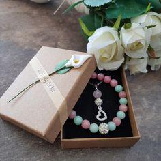 Den maminek se blíží, tak jsme si pro Vás připravili tři sady šperků v přírodních, ručně vyrobených krabičkách, které určitě okouzlí každou maminku 😇 Sad, Gift Wrapping, Gifts, Design, Gift Wrapping Paper, Presents, Wrapping Gifts, Favors