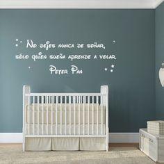 """Vinilos con textos infantiles con la frase """"No dejes nunca de soñar, sólo quien sueña aprende a volar. Peter Pan"""". Pegatinas para paredes con frases originales."""