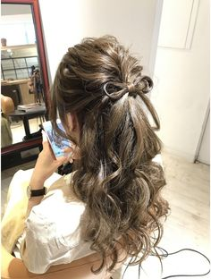 This is a sweet hairstyle for a bride that isn't sure if she wants to do a up or down hairstyle. Do half up and half down. Open Hairstyles, Kawaii Hairstyles, Pretty Hairstyles, Wedding Hairstyles, Hair Arrange, Elegant Wedding Hair, Japanese Hairstyle, Short Hair Styles Easy, Aesthetic Hair