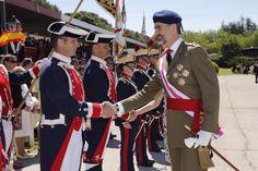 """Su Majestad el Rey saluda a un alabardero Cuartel """"El Rey"""". El Pardo (Madrid), 22.05.2015"""