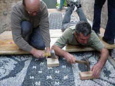 Corso di Rissëu, mosaico di ciottoli della tradizione Ligure, Ravenna 2011 In collaborazione con il Laboratorio Kokomosaico si è tenuto ... Pebble Mosaic, Stone Mosaic, Pebble Art, Mosaic Tiles, Laurel House, Prayer Garden, Patio Plans, Cement Art, Stone Walkway