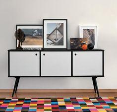 Aparador/armário retrô e tapete quadriculado colorido. Quero exatamente assim na minha sala, ou não terei paz! xD