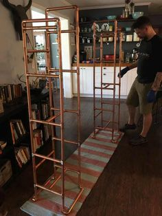 We built a bookshelf out of copper pipe and wood kupferrohr We built a bookshelf out of copper pipe and wood - Pipe Bookshelf, Built In Bookcase, Bookshelves, Copper Furniture, Pipe Furniture, Boutique Interior, Boutique Design, Copper Pipe Shelves, Copper Pipes