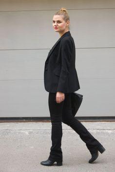 Marvel Shirt, Bootcut-Jeans und Nietentasche vom Zara und Blazer von Moschino als Valentinstags Outfit - yellowgirl