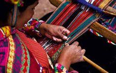 Los antiguos pobladores de la región de puno se caracterizaban por ser indígenas dedicados a las producción artesanal y textil, la vestimenta que usaron estos hombres y mujeres eran en base a la fibra de la alpaca, llama y oveja. Una gran parte de la región de puno tiene las raíces de la cultura quechua por lo que son de habla de la lengua Quechua. En el caso de los quechuas del Perú, la tradición textil también tiene características particulares que tienen variantes regionales muy marcadas.