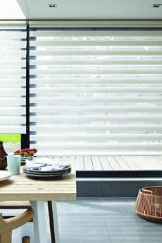 Além de charmosas, as faixas da cortina Twinline bloqueiam até 90% dos raios solares no ambiente.