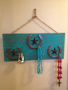 Turquoise and brown distressed wood jewelry hanger. Has 11 horseshoe nail jewelry hooks and accented with 3 repurposed Horseshoe Projects, Horseshoe Crafts, Horseshoe Art, Horseshoe Ideas, Western Crafts, Country Crafts, Western Decor, Diy Jewelry Holder, Jewelry Hanger