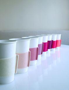 紙コップに熱い飲みものを入れるときにあると嬉しいカップスリーブを、フェルトで作ってみましょう。色違いで作れば、おもてなしにも最適です。