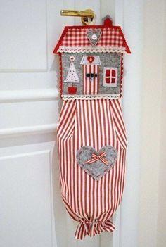 Faça um puxa-saco em formato de casinha para guardar de forma charmosa as suas sacolinhas plásticas.