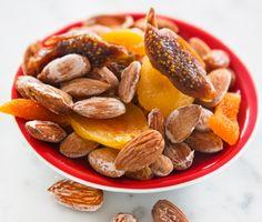 Saltrostade mandlar är enkelt och gott tilltugg eller snacks till glöggen eller fördrinken på vilken fest som helst. Häll salt vatten över sötmandlar och rosta mandlarna i ugn tills vattnet dunstat. Blanda gärna med torkade fikon, aprikoser och russin. Ugnsrostade mandlar går hem hos hela familjen!