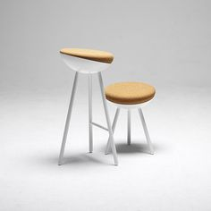 A stool inspired by the birds´home among the trees. Elevated, protected, carried by a strong tree, you find the soft, rounded shape of the nest.