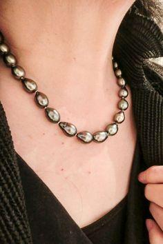 きれいに揃ったブラックパール。きれいなしずく形の黒真珠ネックレス。