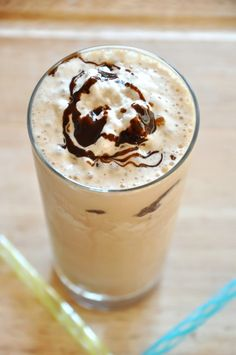 Cold Brew Mocha Frappe - just 3 ingredients and only 175 calories! Baker Recipes, Tea Recipes, Coffee Recipes, Raspberry Smoothie, Apple Smoothies, Smoothie Diet, Coffee Menu, Iced Coffee, Coffee Drinks