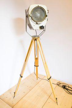 """Bijzondere vloerlamp, een oude theater spot op een houten driepoot. Deze tripod kun je eenvoudig in hoogte verstellen. Afkomstig van een theater vlak bij de Russische grens. De afmetingen van de """"kast"""": 38 cm diep, 46 cm hoog (dat is inclusief hengsel), 31 cm breed. Achter op de kast zit een aan-uit schakelaar. De lamp is opnieuw bedraad. De lamp is te dateren rond eind jaren 40 / begin jaren 50. Tripod Lamp, Floor Lamp, Flooring, Lighting, Vintage, Home Decor, Decoration Home, Light Fixtures, Room Decor"""