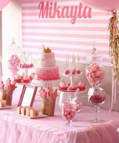 Mesa de dulces decorada en color rosa.