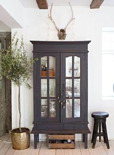 En un estilo vintage con toques rústicos e industriales tiene el inconfundible carácter de las casas de campo nórdicas, en las que sobre una base neutral de blancos y madera resaltan pequeñas notas de color.
