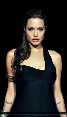 Hollywood celebrities Angelina Jolie is growing up in Los Angeles.To see actress Angelina jolie sexy wallpapers collection. Brad Pitt, Vivienne Marcheline Jolie Pitt, Most Beautiful Women, Beautiful People, Dark Hair Blue Eyes, Angelina Jolie Fotos, Le Jolie, Lara Croft, Star Wars