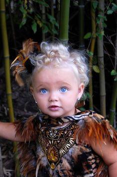 Omg look at those pretty eyes, so blue.she looks like a living angel! Precious Children, Beautiful Children, Beautiful Babies, Beautiful People, Pretty Eyes, Cool Eyes, Cute Kids, Cute Babies, Baby Faces