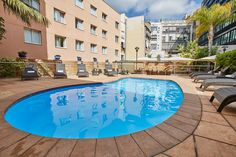 En temporada de verano te proponemos que te pases por la piscina del hotel y que disfrutes de Barcelona al aire libre de la forma más refrescante. Además, el área dispone de un servicio de bar y de solárium. Máxima comodidad para todos nuestros clientes.