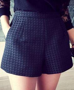 Shorts feminino com detalhes em relevo