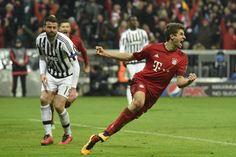 @FCBayern Drama! Vidal schickt Coman auf dem rechten Flügel in die Tiefe. Der Franzose flankt von der Grundlinie an den langen Pfosten, wo Thomas Müller links halbhoch zur Glückseligkeit einköpft. Verlängerung! #9ine