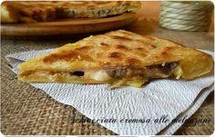 Oggi una ricetta veloce:schiacciata cremosa alle melanzane. Pratica per la sua cottura in padella, gustosa per il ripieno di melanzane e formaggio filante.