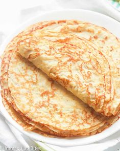 A basic recipe for French crepes. Don't you know how to make simple crepes? This easy recipe is a must know to make the best homemade crepes. You can eat them for breakfast or dessert and choose between a sweet or savory filling. Crapes Recipe, Brunch Recipes, Breakfast Recipes, Mexican Breakfast, Pancake Recipes, Breakfast Bites, Waffle Recipes, Best Crepe Recipe, Basic Recipe
