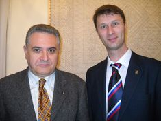 Il Consigliere diplomatico Raimondo VILLANO con il Direttore del Regional Museum of Fine Arts di Orenburg Prof. Dr. Yuriy KOMLEV (Roma, Centro Russo di Scienza e Cultura, 20 novembre 2013).
