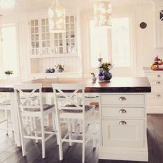 Att kombinera köksö med en liten matplats är ett populärt sätt att få plats med extra arbetsyta, förvaring och frukostplatser i samma möbel. En rejäl bänkskiva i trä ger ett härligt robust intryck med mycket värme i. #platsbyggd #köksö #matplats #matbord #kök #snickare #skräddarsytt #trä #platsbyggt #sven_snickare Kitchen Decor, Loft Interior Design, House Interior, Furniture Makeover, Trending Decor, Kitchen, Interior Design Living Room, Dream Kitchen, Kitchen Remodel