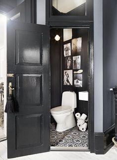 Home Interior Salas small black and white guest bathroom.Home Interior Salas small black and white guest bathroom. Bad Inspiration, Bathroom Inspiration, Bathroom Inspo, Bathroom Ideas, Best Bathroom Paint Colors, Decoracion Vintage Chic, Black Toilet, Deco Originale, Deco Design