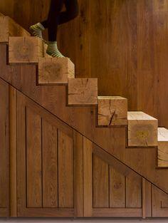 Perfetto connubio di rustico e moderno per questa scala realizzata in legno massiccio