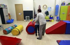 Decenas de niños con autismo pierden la beca de terapia extra / @elpais_sociedad | #marcaespaña