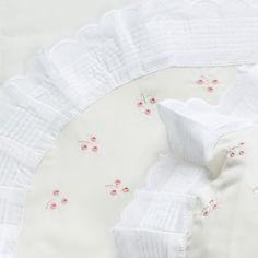 Las sábanas son uno de los elementos más importantes de nuestro hogar, algo todavía más relevante cuando están destinadas a los más pequeños. La textura, la calidad y el tamaño son sólo unos de los muchos detalles que debemos tener en cuenta a la hora de comprar el conjunto adecuado. Te damos las claves para adquirir los juegos de cuna más adecuados para tu bebé. Shopping, Embroidered Clothes, Nativity Scenes, Texture, Home, Bebe