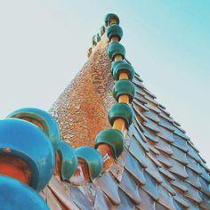 Las tejas, realizadas en cerámica y con forma de escama, se fabricaron especialmente para Casa Batlló en los talleres Sebastià Ribó de Barcelona. ¿Conocéis algún edificio con un tejado similar?  Les teules, realitzades en ceràmica i amb forma d'escata, es van fabricar especialment per a Casa Batlló en els tallers Sebastià Ribó de Barcelona. Coneixeu algun edifici amb una teulada similar?  @rpirovano #patrimonicultural #igerscatalonia#Barcelona #gaudi #AntoniGaudi #artnouveau #modernismo…