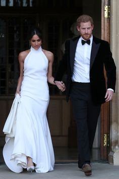 Meghan Markle steps out with Prince Harry as they leave for their evening reception. She changed into a Stella McCartney halterneck white dress which looked beautiful on her #royalwedding #meghanmarkle #princeharry #weddingdress