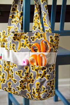 Hate this fabric choices but love the idea for a sewing class tote. Great way to use some of my cute sewing fabric prints. Sewing Basics, Sewing Hacks, Sewing Tutorials, Sewing Crafts, Sewing Projects, Knitting Projects, Easy Projects, Purse Patterns, Sewing Patterns