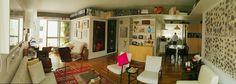 Sala de estar, sala de jantar e cozinha integrada. Esse apartamento respira arte. Piso de madeira, concreto aparente, prateleiras, decoração colorida, organização de livros, marcenaria em compensado naval. Puro amor! Living room and home decor.