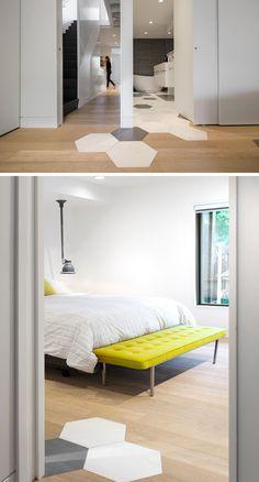 In questa camera da letto e bagno, grandi piastrelle esagonali fluiscono dal pavimento del bagno in camera da letto.