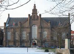 Dit bijzondere gebouw is de Plantagekerk in Zwolle, het ligt tegenover het ter Pelkwijkpark
