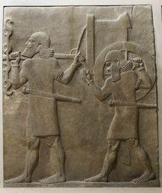 Porteurs du char de guerre  - Mésopotamie, Assyrie    Site officiel du musée du Louvre