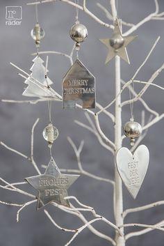 Was glänzt und blinkt denn da im Winterwald? Es sind unsere neuen Spiegelornamente aus poliertem Aluminum, mit vertiefter Schrift, Glas- oder Metallkugeln.