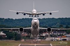[Photo] Airbus A350 takes off as Airbus A380 comes to land at Farnborough