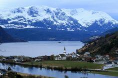 Centro de Naustdal, com a igreja e montanha ao fundo. Condado de Sogn og Fjordane, Noruega.  Fotografia: Obyrk no Panoramio.