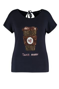 De trendy top is een musthave voor koffieliefhebbers! De koffiebeker bestaat uit pailletjes. Draag het met een mooie capri magic broek of een witte skinny denim. Deze top heeft kapmouwtjes, ronde hals en er zit een bindceintuur in de nek aan de achterkant.Lengte: 70 in maat LPasvorm: Losvallend Wasvoorschrift: Machinewas Trendy Tops, T Shirts, Mens Tops, Fashion, Tee Shirts, Moda, Fashion Styles, T Shirt, Tees