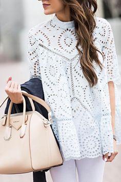 Blusa branca recortada a laser e bolsa Givenchy