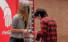 Coca-Cola inova no jeito de fazer as pessoas virarem amigos com seu produto. Adoramo...