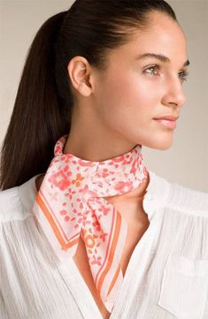 How To Wear Belts Wearing a scarf at neck - Discover how to make the belt the ideal complement to enhance your figure. How To Wear Belts, How To Wear Scarves, Scarf Knots, Spring Scarves, Vintage Scarf, Neck Scarves, Square Scarf, Scarf Styles, A Boutique