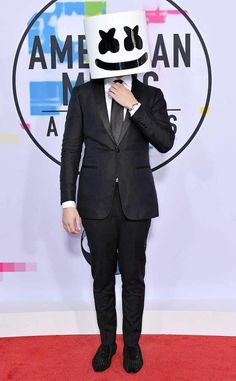 Marshmello from 2017 American Music Awards: Red Carpet Fashion The EDM mastermind suits up (and goes incognito) for the big event. Alan Walker, American Music Awards, Billboard Music Awards, Dj Music, Music Is Life, Edm, Dj Marshmello, Marshmello Wallpapers, Hippie Costume