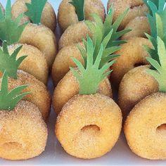 Criatividade é tudo! Olha que legal is #donuts abacaxi #mae_festeira #ideias #ideas #festa by @mahalostylingco